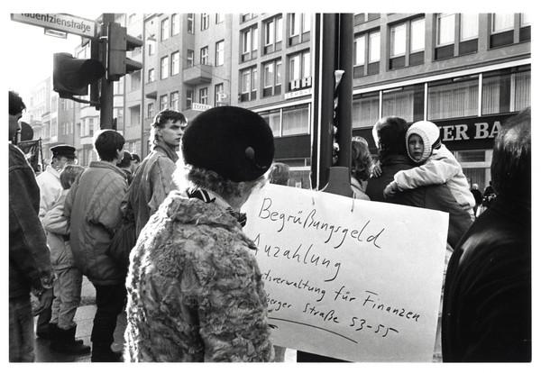 Hildegard Ochse: Begrüßungsgeld (Tauentzienstraße), Nov. 1989, Handabzug vom Negativ 779.10.89 auf Baryt-Fotopapier 29,5 × 40 (24 × 36) cm, aus der Serie »MURUM MURORUM« © Hildegard Ochse