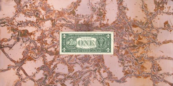 Werner Klotz: Follow the Money, 2011 Bewegungen von Weinbergschnecken auf Kupferblech, ein US-Dollarschein, Glas, Polystyrol (Unikat), 25 × 50 cm, Werkfoto: Hermann Büchner