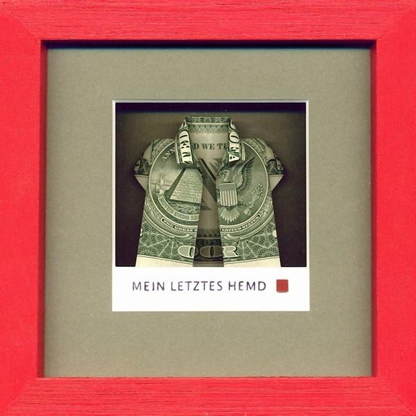 Annett Deppe: Mein letztes Hemd, 2012, Origamifaltung nach Jodi Fukumoto, gerahmt 14 x 14 cm - Foto: Hermann Buechner