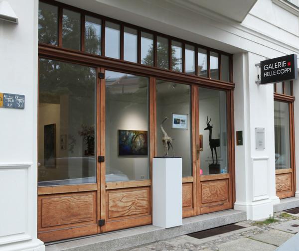 Aussenansicht mit Skulpturen von Hans Scheib