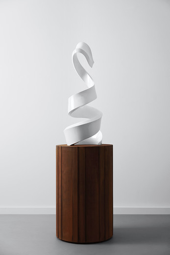 Andreas Schmitten, Wartende, bronze, lacquer, corten steel, 2018, sculpture  48 x 117 cm, plinth ø 64,6 cm x H 104 cm, © photo Andreas Fechner  , unique