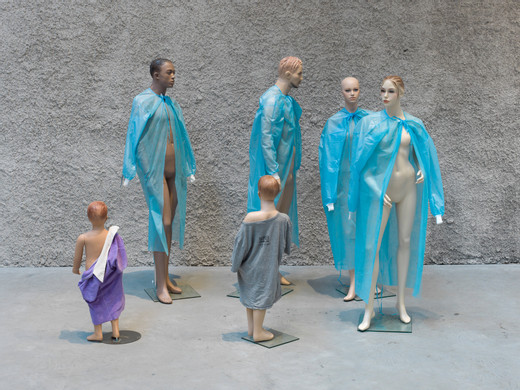 Isa Genzken, Untitled, sechs Schaufensterpuppen, Kleidung, Stoff, diverse Materialien, 2017, Format variabel, unique