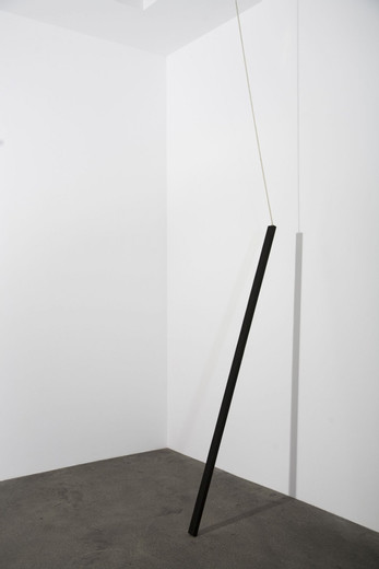 , Liegende 4, wood, stain, metal chain, 2007, 197 x 5.5 x 2.7 cm