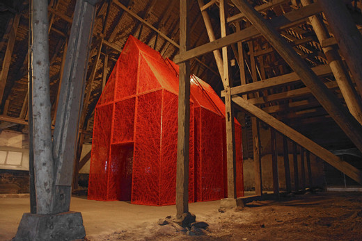 Chiharu Shiota, Everywhere, 2018, Installation: metal house, red wool The Wanås Foundation - Wanås Konst, Knislinge, Sweden Photo by Mattias Givell © VG Bild-Kunst, Bonn, 2020 and the artist, 2018