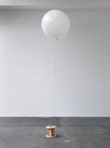 Amalia Pica, The wireless way in low visibility (recreation of the first system for non cable transmission, as seen on TV), balloon, helium, string, copper wire, wood spool, caption on paper, glass, 2013, 290 x 90 x 90 cm dimensions variable, unique in a series
