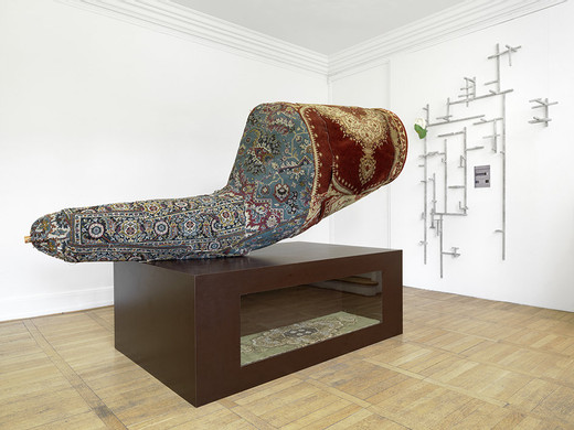 Michael Sailstorfer, 3 falsche Perser, wood, carpet, wire netting, glass, 2004, 220 x 280 x 135 cm