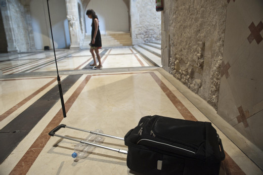 Natascha Sadr Haghighian, de paso, sound installation, trolley, plastic bottle, paper, straw, photograph, text, 2011, dimensions variable