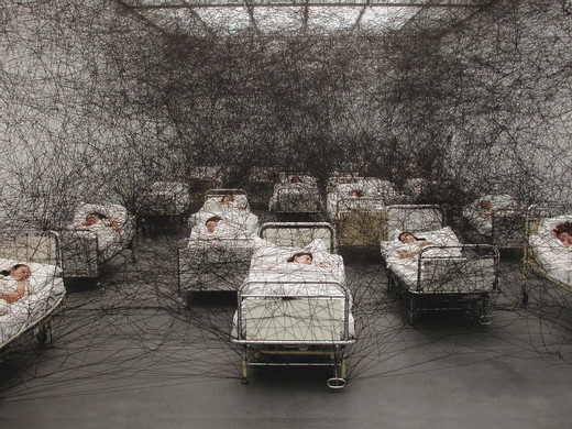 Chiharu Shiota, During Sleep, 2002, Performance/Installation: hospital beds, bedding, black wool Kunstmuseum Luzern, Lucerne, Switzerland Photo by Sunhi Mang © VG Bild-Kunst, Bonn, 2020 and the artist, 2002