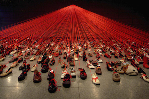 Chiharu Shiota, Dialogue from DNA, 2004 Installation: old shoes, red wool Manggha Centre of Japanese Art and Technology, Krakow, Poland Photo by Sunhi Mang © VG Bild-Kunst, Bonn, 2020 and the artist