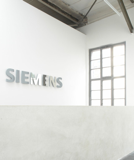 Johannes Wohnseifer, Mirror Men, Plexiglas letters, stainless steel mirror polished, 2007, 35 x 1.9 x 200 cm, 2/3 + 1 AP