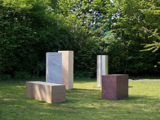 Alicja Kwade, Wächter (Anschauungsvorstellung), KölnSkulptur 7, Carrara marble, rose granite, oak, aluminium, sandstone, 2013, dimensions variable, unique, Photo: Veit Landwehr & Stiftung Skulpturenpark Köln