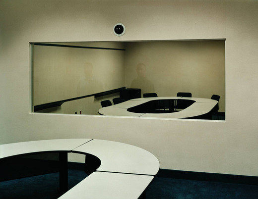 Taryn Simon, Jury Simulation, Deliberation Room with Two-Way Mirror - DOAR Litigation Consulting - Lynbrook, New York, c-print, framed, 2006 - 2007, 95 x 113 cm, 3/7