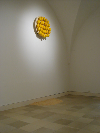 Michael Sailstorfer, Vollmond, wood, 29 hak, melons, 2009,  Ø 120 cm