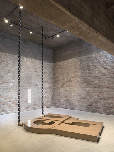 Monica Bonvicini, 62 Tons of Guilt, lacquered wood, lacquered steel chains, 2018, ca. 20 x 300 x 250 cm, unique