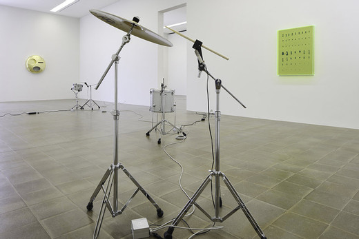 Michael Sailstorfer, D.A.V.E.L.O.M.B.A.R.D.O., drums, controller, electronic devices, 2015, dimensions variable