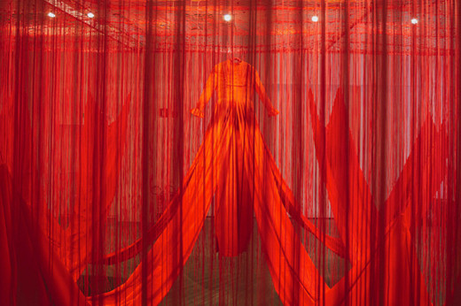 Chiharu Shiota, Internal Line, 2019, Installation: red fabric, rope Japan House, São Paulo, Brazil photos by Ding Musa © VG Bild-Kunst, Bonn, 2020 and the artist, 2019